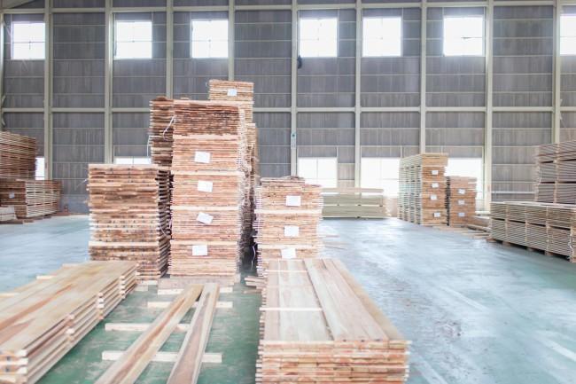 ニシアワー製造所の乾燥工場で、製品になるのを待つ木材。思わず深呼吸したくなるような心地よい木の香りで満たされていた