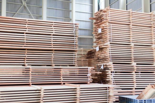「ニシアワー製造所」の作業風景。森林組合が伐り出してきた間伐材の乾燥・製材工程を担う