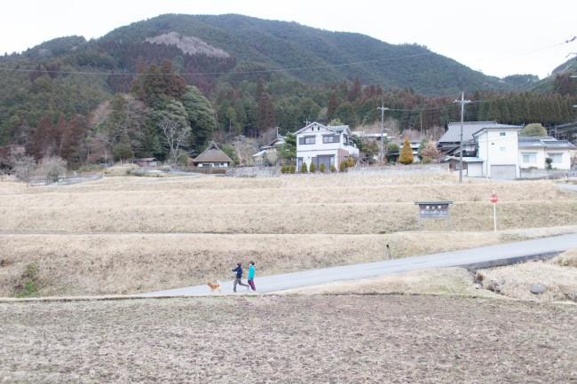 道端で撮影をしていたら、通りかかったおじさんが「あんたら、森の学校のひとかぁー」と声をかけてくれた。犬と散歩していた男の子2人組も「こんにちは」と挨拶してくれた。知らない顔を見かけても自然と会話が始まる土壌が村にはできている