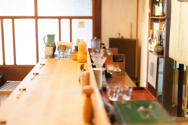 「難波邸」内にある「フレル食堂」のカウンター。西粟倉村のヒノキが使われている