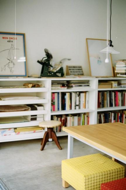 打ち合わせスペース。奥の棚に置いてあるのは活版印刷機(2点とも撮影:関宙明)