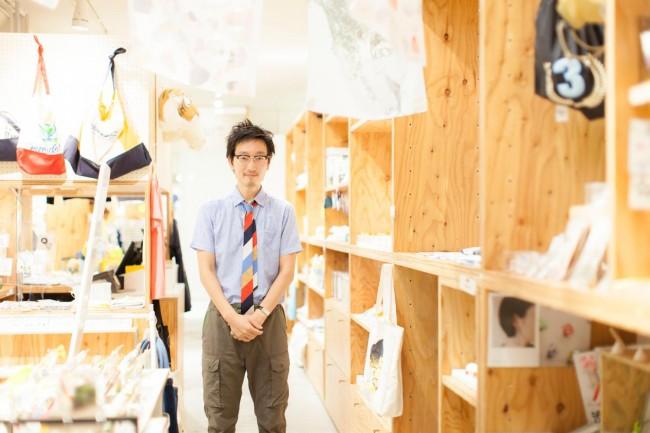 (上)「ミツカルストア」外観。ファッションアイテムから雑貨、食品まで幅広い品揃え(下)平松有吾さん。「ミツカルストア」内で