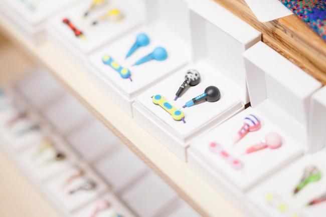 (上)東京から岡山に移住し服づくりを続ける「POTTO」。すべて手づくりの一点物だ(下)老舗音響メーカーのイヤフォン「KOTORI/earphone」。色とデザインの組み合わせは無数