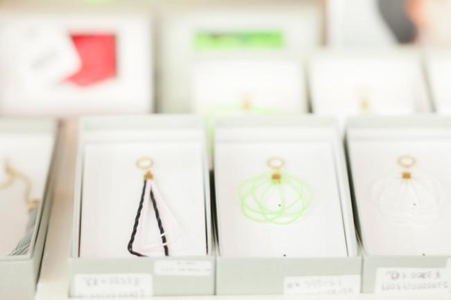 (上)「ミントデザインズ」が愛媛・今治のタオルメーカーとコラボしたタオル。高品質でリーズナブル (下)京都の水引をガラスコーティングしてアクセサリーをつくる「TRART」