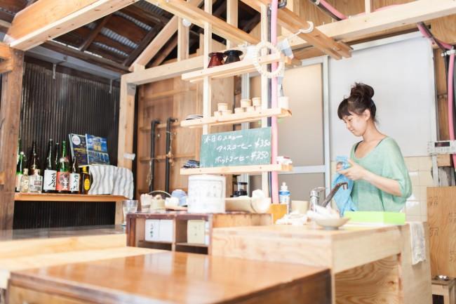 宮浦さんのパートナーでフローリストの蔦中さん。「セコリ荘」ではアートワークや空間デザインをサポートする