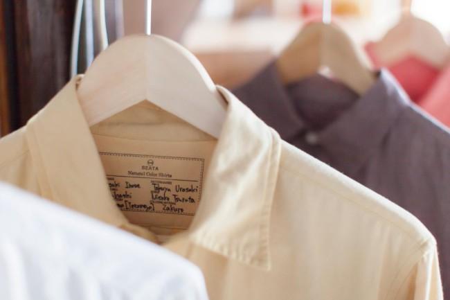 (上)新潟・十日町に工場を持つ「根茂織物」の生地サンプル。発色の良いインクジェットが持ち味(中)各産地の工場から預かっている生地サンプルとデザイナーの別注生地など(下)各地の職人と二人三脚でものづくりを行うブランド「SEATA」のシャツ