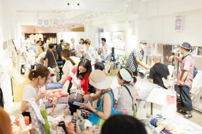 開店直後から、店内は来場者でにぎやかに。出展者それぞれのていねいな説明があり、客との対話がはずむ。来場者の滞在時間はとても長かった