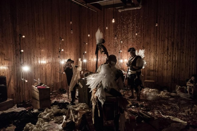 (上から順に)スズキさんと「CINEMA dub MONKS」のガンジー西垣さん(中)、曽我大穂さん(右)の3人 / スズキさんが布にハサミを入れ、縫い合わせ、2人の体に巻きつけていく / 一枚の布が立体的なかたちになっていく。鮮やかな手さばき / 2014年1月より「CINEMA dub MONKS」と照明作家・渡辺敬之さん、スズキさんは「仕立屋のサーカス / circo de sastre(シルコ・デ・サストレ)」と名乗り、公演を始めた(photo : ryo mitamura)