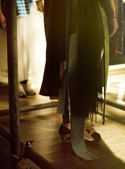 (上下とも)「FORM ON WORDS」ファッションショー《試着》2014年 水戸芸術館現代美術センター (撮影:湯浅亨)