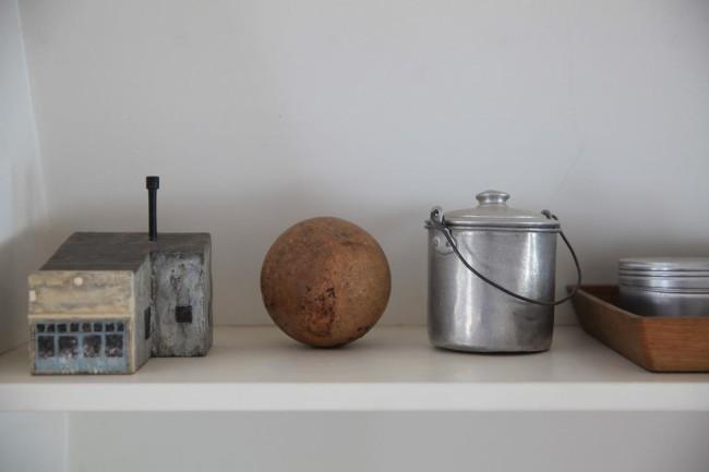 (上)白漆の器は他にはない質感。三谷さんというとオイルフィニッシュの器が思い浮かぶかもしれないが、漆の作品もとても美しく、料理が映える(下)一番左が三谷さんの作品。個展などでは器と絵画、立体作品を一緒に展示することも多い