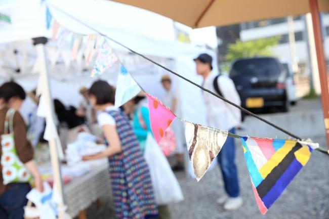 (上から)花屋を会場にしたのは、京都の骨董店「古い道具」 / 旧眼鏡店では伊賀の「ギャラリーやまほん」が端正な展示を。写真はガラスの津田清和さんの作品 / ファッションの「ミナ ペルホネン」は、店舗の向かいに特設スペースを設けて / 東京の「さる山」は、アパレルショップ「ラ・シェネガ松本」で、5人の作家をフィーチャーした