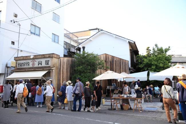 「10センチ」での三谷さんの初個展「器の履歴書展」を開催。会期のあいだ、終日行列ができていた。駐車スペースには「10センチ青空カフェ」がオープンし、京都のオオヤコーヒや東京atelier tatinなどが出店し、和やかな雰囲気