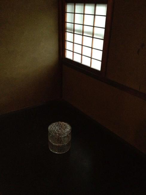 """(上から)披雲閣での展示。塗師の赤木明登さんは、地元に呼びかけ、蔵などに眠る""""忘れられた""""漆の器を集め、広間に並べた。圧巻の光景 / 赤木さんと陶芸家・内田鋼一さんの作品「きっと誰かが拾ってくれる」 / ガラス作家の辻和美さんは「暮らしの巾」と題して、ガラスの重箱などの""""勝負器""""を制作 / 内田鋼一さんは炊事場で、流しにバケツ、テーブルに器など、その場所で使われる道具を焼き物でつくった"""