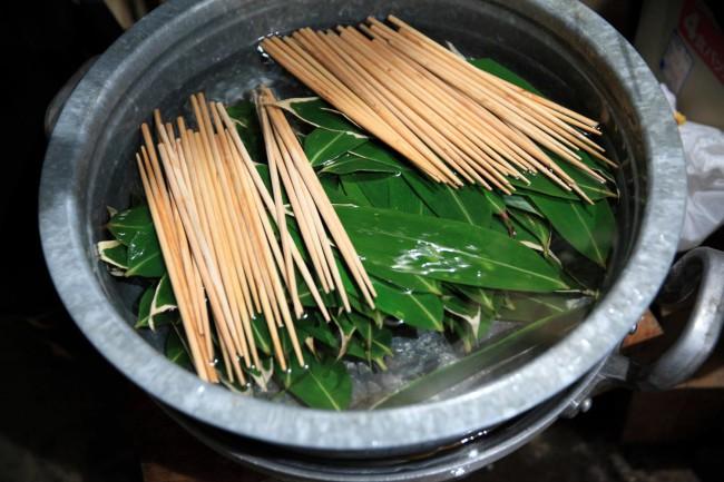 準備の数々。(上から順に)ハゼとよばれるサイコロ状に切ったかき餅。「伝統ではないけれど、おなじくハゼとよばれる玄米を混ぜあわせたものが供物に使われている祭りもあるし、ぱちぱちとはぜる音が縁起がいいので細かく切り分けてお供えにします」(ゆきさん) / 朝から蒸籠で蒸し上げるお供えの赤飯は、畦で栽培した小豆、集落のおじいちゃんが育てた大粒の栗、餅米も水もすべて地元尽くし / 今年の米づくりに使う種もみ。田の神様が宿るという / 料理を盛りつける笹の葉や箸を食べた後に腐らないように事前に水に浸す