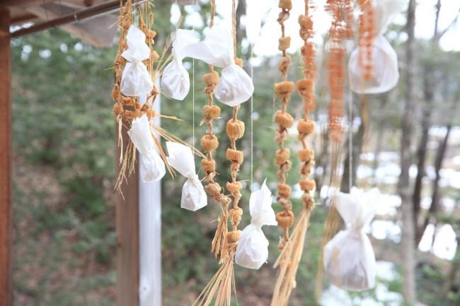 2階の物干し場に吊るされた、和紙に包まれたお手製の柚餅子(ゆべし)と干し大根や藁に通した干し大豆