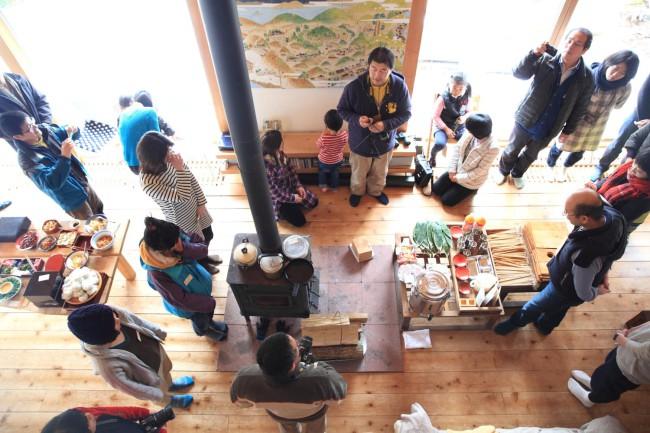(上)4年目のまるやま組の「アエノコト」は田迎えが12月初旬、田送りが2月下旬の週末におこなわれた(下)参加者が三々五々集まっては自然と支度や準備が始まり、萩野紀一郎さんの挨拶でまるやま組のアエノコトが始まる