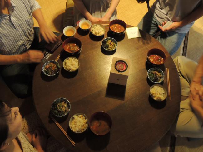 京都にて、Hibanaと林業女子会の企画でおこなわれた炭火カフェという場で、大野さんの菊炭と火鉢を使った火のある暮らしを提案。その後、火鉢の形状など試作を重ねている(2013年7月20日京都四条のNPO法人四条京町屋さんにて 提供:萩野アトリエ)