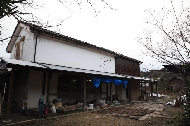 七尾邸の塗師蔵の外観写真。今でも、全国から土蔵修復に訪れる職人や学生たちの活動拠点となっている