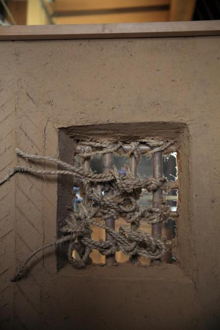 (上)塗師屋のある通り(下)塗師蔵の土壁の強度を保つ竹小舞