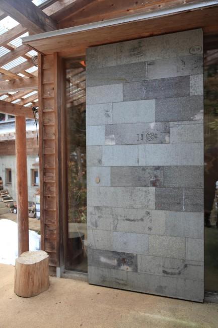 萩野邸の玄関。土蔵から救出したブリキ缶をもう一度板状に伸ばして切り貼りした職人技