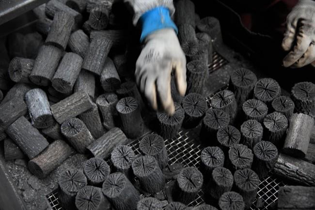 (上)大野製炭工場 (中)みんなで植林、自伐された炭になる前のクヌギ(下)流派や炉、風炉にあわせて40種類あまりの寸法に選別される「菊炭」