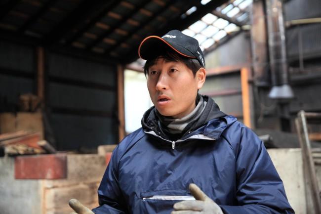 大野製炭工場の大野長一郎さん