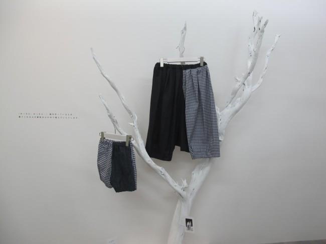 「おうちのふく」展(フォイル・ギャラリー)の展示光景。着るひとになじんだ服たちが会場にディスプレイされた。一番下の写真は、作家いしいしんじさんと息子のひとひくんのサルエルパンツ