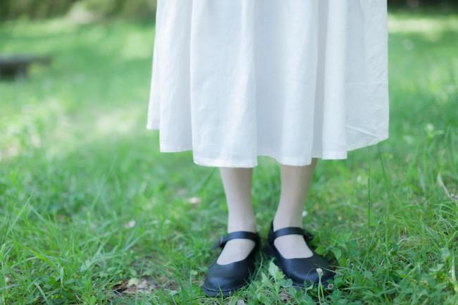 美知子さんお気に入りの一着。上身ごろは白のリネン、下身ごろは生成りのリネンを組み合わせた。小さな貝ボタンに繊細なレース使い、ハイウエストでギャザーたっぷりのシルエット。足元は服に合わせてワンストラップシューズに