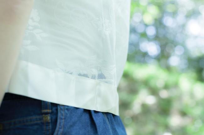 カーテン生地を使ったブラウス。オフホワイトのサテンの裾がアクセント。「年配の男性には、それカーテンやろ、って言われます(笑)」