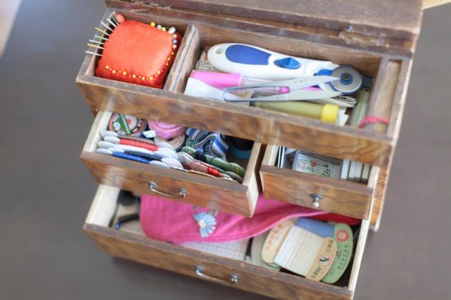 行司さんが撮ったおばあちゃんの写真。写真に写っている裁縫箱と針山などが、お母さんを経て行司さんに受け継がれた。おばあちゃんとの思い出を綴った行司さんのエッセイもある(『なんたってドーナツ』所収(早川茉莉編、ちくま文庫)