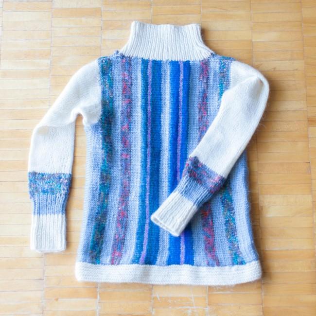 旅の思い出を編んだもの。(上)バルセロナの毛糸店で買った毛糸で編んだマフラー(下)ストックホルムの百貨店の手芸売り場で買った毛糸で編んだセーター