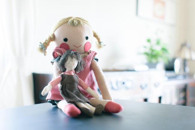 大きい人形が美知子さん、小さい人形が行司さん作。つくった時代もテイストも違うけれど、手芸が好きで何かしらつくってしまう母娘だ