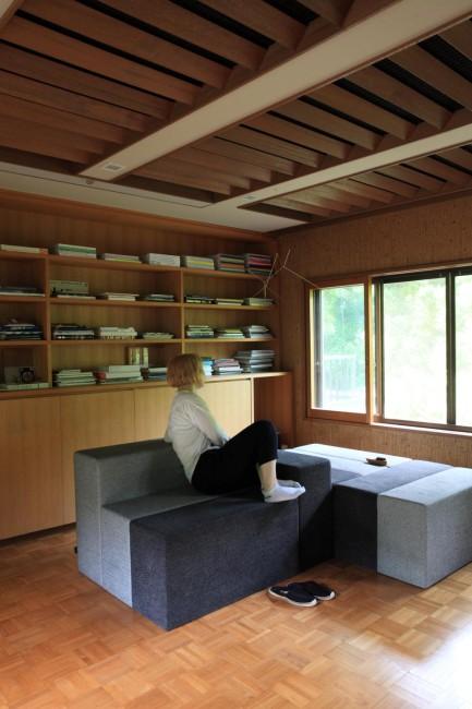 (上から)柳原さんのアトリエにある「KARIMOKU NEW STANDARD」の製品。ショルテン&バーイングスのテーブル「カラーウッド」と柳原さんのソファ「ハーフウェイ」