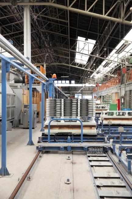 「2016 / project」の拠点、「NEW ADDRESS」。有田の空き家を借りて柳原さんたちが運営している / 窯元が共同運営する大規模な工場