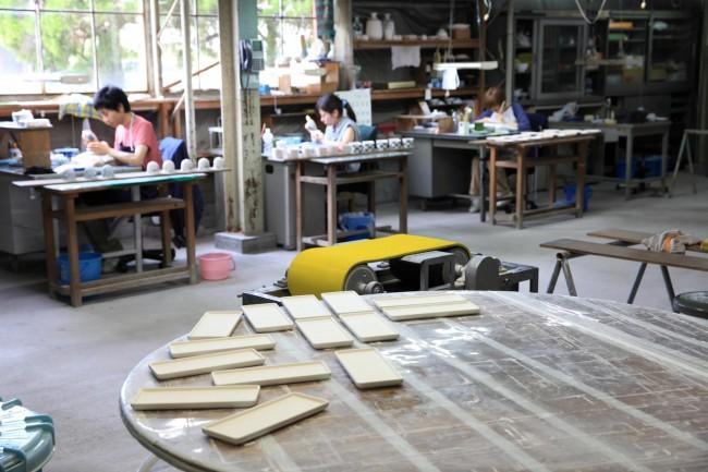 伊万里にある畑萬陶苑の繊細な絵付け。伊万里からもプロジェクトに参加している / 十社、川副青山の作業光景
