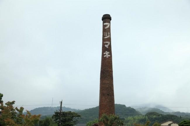 美しい家屋の並ぶメインの皿山の通り / 藤巻製陶の印象的な煙突。有田のまちには煉瓦造りの煙突が目立つ