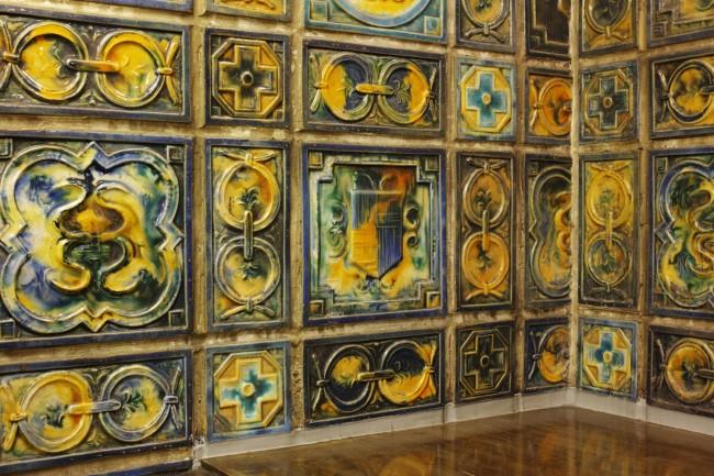 本館3階の談話室。イギリスルネッサンス初期の重厚なジャコビアン・スタイルの様式に、吹き抜け天井によって4m×6mの壁一面にそびえ立つタイルタペストリーが圧巻