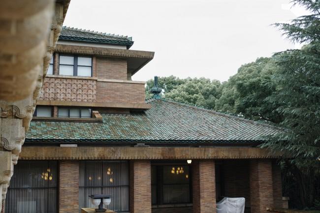エントランス側から見た建物全景 / 波模様のレリーフテラコッタ(浮き彫り状の素焼)と、横長のボーダータイルと、4個組み合わせた文様タイルの3種類の材料が甲子園ホテルの基調となり、周囲の緑と調和した緑釉の屋根瓦がアクセントに