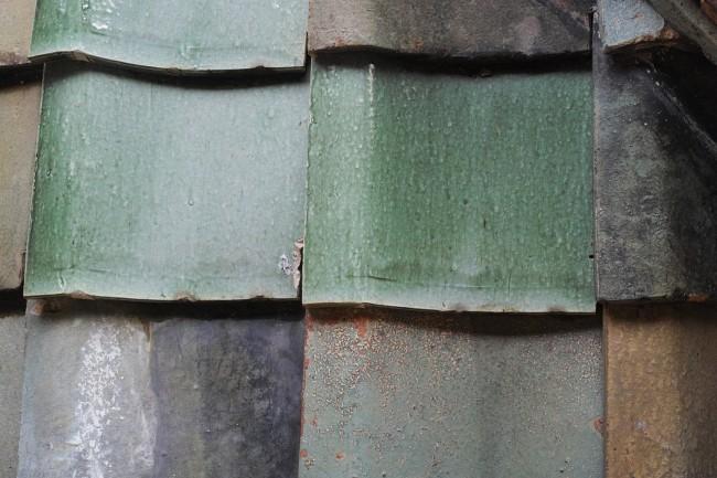 建物内外に多用されているボーダータイルは大阪窯業製で、焼き物独特の焼きムラによる色幅が豊かな表情の粗面タイル / 甲子園ホテルの主題モチーフである打ち出の小槌。かつて大黒様が祀られていた屋上の祠のまわりの壁にも四分割でひとつになるようにデザインされた褐色(火色)の文様タイル / 周囲の松林と調和させるため採用された緑釉の屋根瓦も泰山製陶所のもの