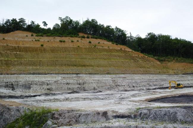 採土場である小名田鉱山。土岐口砂礫層と呼ばれる地層の下から露天掘りで良質な粘土を採掘している