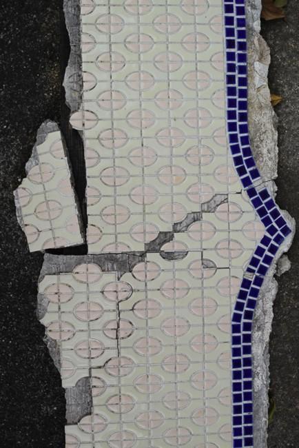 多治見市モザイクタイルミュージアムへのアーカイブを待つモザイク浪漫館のタイル