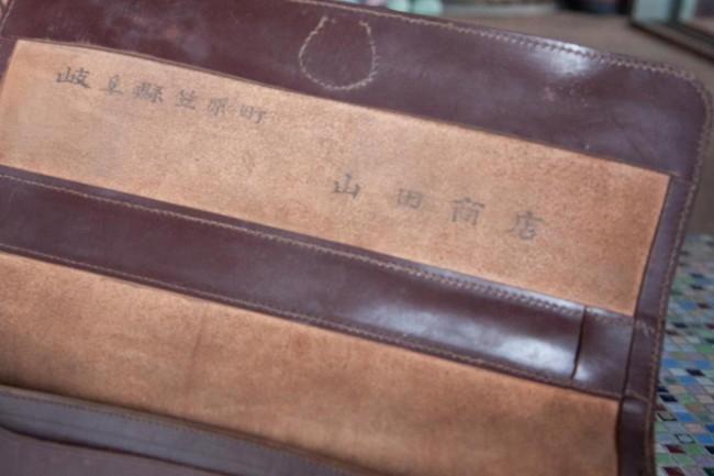 青年期の安藤さんが日本各地に営業するときに使っていたタイルを入れる鞄
