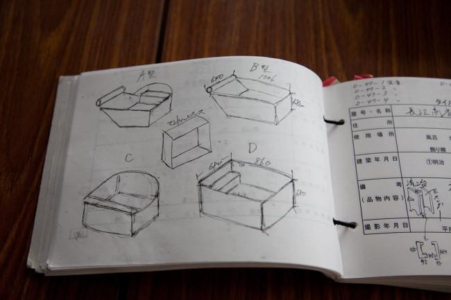 (上2点)解体現場でのタイルの様子を記録したアルバム(下)タイル調査票には安藤さんが収集したものがスケッチも交え詳細に記録されている