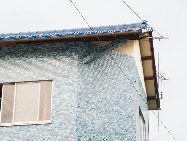 (上から)1999年の路上観察のときに赤瀬川さんも撮影された軒先のタイル貼りの防火水槽 / 銭湯のファサードに一列にあしらわれたマジョリカ・タイルは装飾的な表現 / 見本帳のようにさまざまなタイルが貼られたタイル商社の階段 / 2階の登り梁までもがタイル貼りの元貼り場(いずれも中村裕太さん提供)