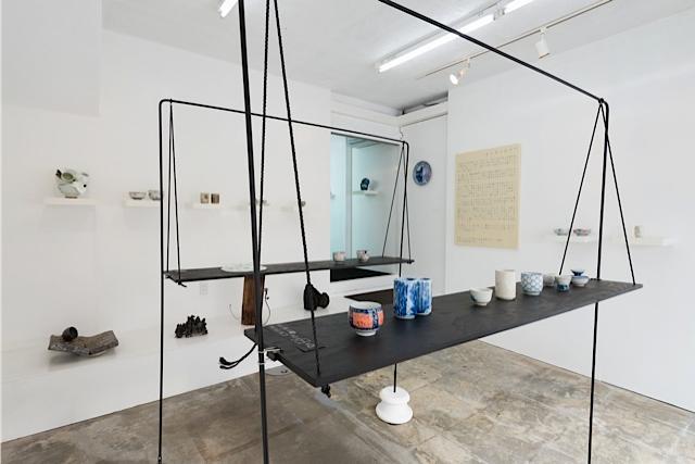 「サイネンショー」プロジェクトは2013年に始められた。久美浜での展示会を皮切りに、京都のMATSUO MEGUMI+VOICE GALLERY pfs/w、金沢21世紀美術館など、各地のマルチスペースやギャラリーなどで展示され、器をつかった晩餐会なども催されてきた。展覧会で作品を販売した収益で東北の手仕事支援をしている。写真は「Sainen Show」MATSUO MEGUMI + VOICE GALLERY pfs/w (2014年10月)より 撮影:表恒匡