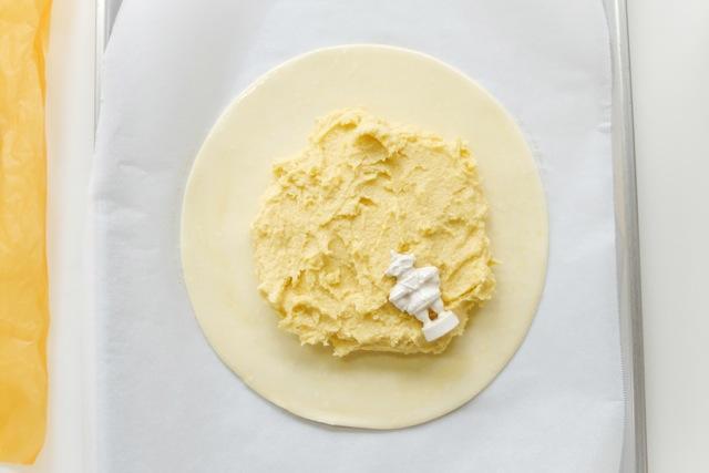 (上)楽焼の器をつくる(下2点)土偶のフェーブをお菓子に入れて焼く 撮影:小山真有(1点目と3点目)