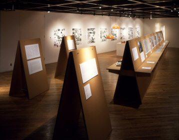 エンツォ・マーリと共同し、城谷さんが会場設計とアートディレクションを手がけた「デザインの仕事」展(2002年、六本木・AXISギャラリー)Photo: Nakasa&Partners