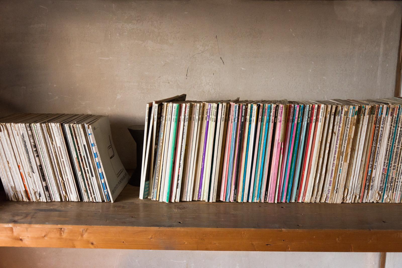 刈水庵のカフェには、多木浩二さんから譲り受けた書籍や雑誌などを置いている
