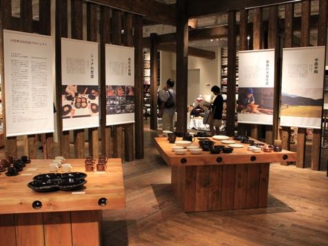 Quartettoに料理を盛る。取り分け用の皿もCoccioのもの / CoccioシリーズはMUJIキャナルシティ博多で展示販売が行われた(2012年10月)。それに伴いアイテムを増やした