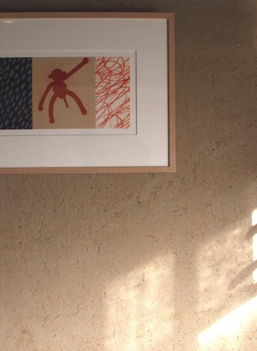 北村さんが塗った宿の壁。材料の小石やスサの風合いをあえて残している